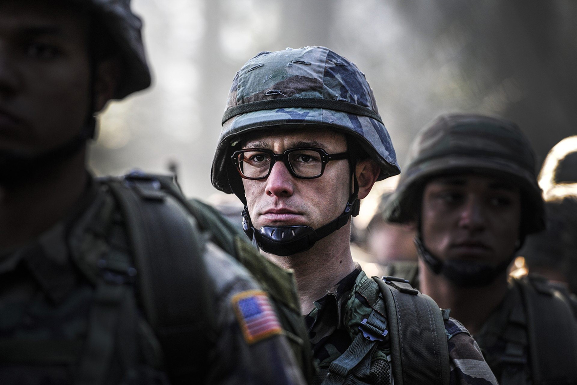 """Kto, jak nie Oliver Stone mógł zająć się fabularną wersją przypadku Edwarda Snowdena? Twórca, ze swoimi filmami o demaskatorskim charakterze, od lat stoi w kontrze do niektórych działań własnego rządu. Oliver Stone, liberał, nigdy jednak nie przekroczył pewnej granicy. Chociaż wkłada w usta swoich bohaterów wyrażenia typu: """"To co robicie jest złe"""" i wiemy, że tak również myśli reżyser, ostatecznie kończy stwierdzeniem: """"Niech ludzie zdecydują"""". Tak samo jest w przypadku filmu Snowden"""
